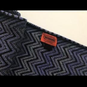 Smukt Missoni tørklæde sælges, da jeg har alt for mange tørklæder og ikke får det brugt. Købt i Illum for ca to år siden.