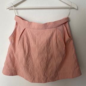 """Hey piger, laver kæmpe flytte sellout og sælger derfor ALT til gode priser. Alle annoncer markeret med """"🍒"""" er gældende med disse priser. 1 item: 50kr. 4 items for 150kr. 7 items for 250 kr og 10 items for 350 kr. Vel og mærke eksklusiv fragt. Kh kirstin💘 Obs der kommer mere tøj løbene"""