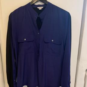 Smuk skjorte - mørkeblå på fronten og sort bagpå