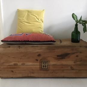 Flot gammel trækasse, der kan bruges som bord, bænk eller til opbevaring. Længde 103, højde 40 og dybde 40cm. Den er 'brugt' i den forstand at den er gammel og har patina, men der er ikke noget galt med den så at sige.
