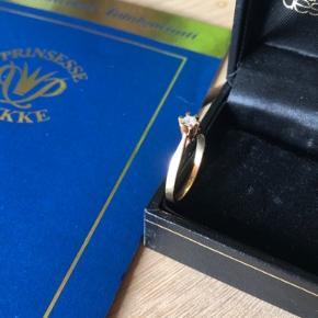Smuk Prinsesse ring i 14 karat rødguld. Perfekt som forlovelsesring, morgengave eller bare selvforkælelse. Ringen er med 0.10 karat brilliant og certifikat fra Smykkekæden medfølger Ringen er str 50  Ingen bytte. 10,- via ts handel og resten via mobilepay