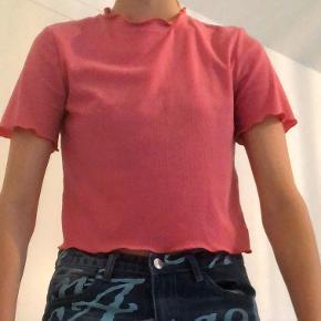 💒Lidt cropped t shirt med frynser ved hals, ærmer og den nederste del.   🔎Købt brugt i genbrug og i fin stand. Vil dog mene at halsen er en smule udvidet.  Vil mene at den svarer til en str S selvom der står L i den.   (Køber betaler fragt)