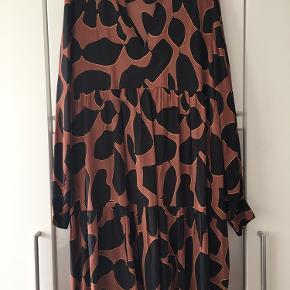 Coster Copenhagen kjole - model Dress in lava print w volume effect. Str 44 (bryst/bredde 57 cm) Ny.  Nypris 899 kr