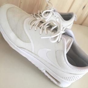 Nike Air Max Thea sneakers i hvid. Sælges fordi de er købt i forkert størrelse. Brugt 3 gange. Er ikke blevet vasket. Købspris: 1100,- på Zalando.