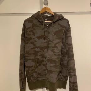 Camo zip up hoodie fra Uniqlo. Det er en virkelig flot camouflage stil og den er i god stand.