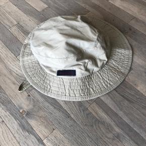 Fantastisk outdoor hat med snører om hagen. Har ikke være brugt meget!   Sender gerne på købers regning 🚛  ‼️SE OGSÅ MINE ANDRE ANNONCER‼️