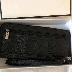 Sælger denne sorte pung fra Guess Den er købt i Spanien i 2017 og er kun blevet brugt 2-3 gange