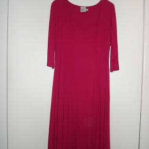 Varetype: Kjole, rød med hjerteformet udskæring Farve: Rød/pink  Rød/pink kjole i viskose og 5% elastan med masser af vidde i skørtet og den flotteste udskæring. Længde: 110 cm. Over brystet 104- 126 cm. Aldrig brugt. BYTTER IKKE!!