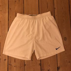 Hvide sportsshorts fra Nike, str. L.   Kan afhentes på Frederiksberg eller sendes. Køber betaler fragt.