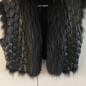 Vendbar vest skind på den ene side og pels på den anden, brugt få gange