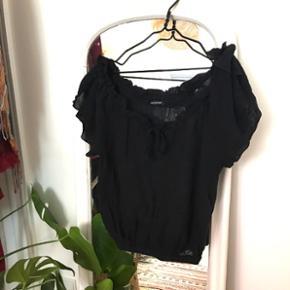 Alt skal væk✨✨  Så fin sort  offshoulder bluse fra Lise Sandahl. Kun brugt en enkel gang og fremstår derfor i perfekt stand!  Str One Size🦋   🌍 Afhentes Nørrebro eller Bredgade  💌Sender med DAO på købers regning
