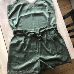 Fin top fra pieces. 100% polyester. Aldrig brugt. Toppen sælges som enkelt del. Shortsene medfølger derfor ikke i prisen.