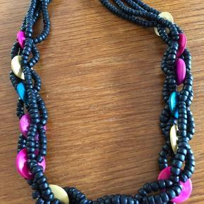 Farverig halskæde fra en svunden tid men stadig smart til mange farver
