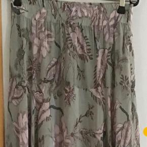 Skønneste nederdel af 100 % viscose. Livv. Elastik fra 76 - 82 cm. Længden 72 - 95 cm ca.
