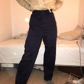 Navy bukser fra Mads Nørgaard med elastik i livet så fitter M-L.  Byd gerne!