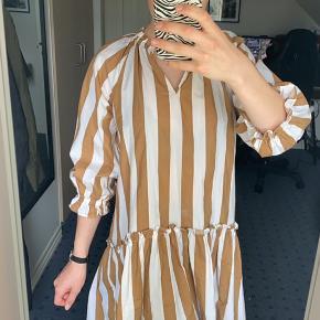 Sælger denne fine kjole i str. 34, men er god rummelig og kan derfor også passes af en str. 36. Den er kun brugt en gang og fremstår derfor som ny. Nypris: omkring 400kr Pris: 250 eller byd! 🌻