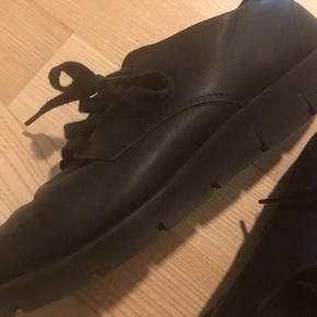 Sælger disse sko fra ECCO. Str. 40. Virkelig behagelige og god kvalitet. Kan friskes op med farve.  Fejler intet.  Ingen dyr eller rygning i hjemmet. Sender gerne - køber betaler fragt.  Byd 😊