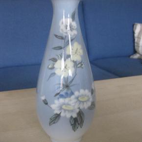 Lille vase med blomster motiv.  Ingen fejl eller afslag.  Højde 19 cm   Helst afhentning, eller køber betaler forsendelse med DAO