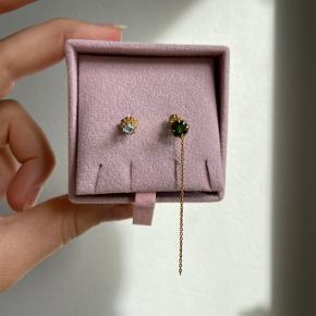 Øreringe fra Carré. En med lyseblå sten. En med grøn sten og en lille guldkæde. Aldrig brugt. Byd en pris tak.