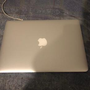 """MacBook air 13"""" købt slut 14 el start 15, kan ikke helt huske.   Fungerer udemærket, dog er batteriet langt fra som nyt.  Har et lille hak som set på billedet, men det er intet der påvirker selve computeren."""