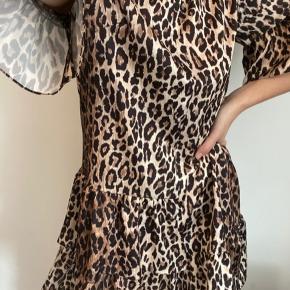 One size skræddersyet leo kjole med fine detaljer. Har kostet 700 kr. Super lækker at have på. Er både pæn med og uden bælte.