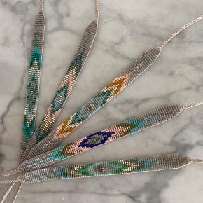 Perlearmbånd af eget design. Armbåndet er lavet af små japanske Miyuki glasperler og kan reguleres i størrelsen ved hjælp af en knyttet slider. Se billede nr.3. Kan derfor nemt tages af om natten og før bad. Pris pr styk 85kr, kan sendes i brev for 10kr.