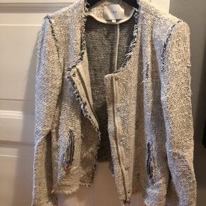 Sælger denne smukke IRO jakke  Nypris 3400kr  Str 40 Style: Agnette  Kom gerne med bud