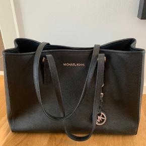 Jeg sælger denne super flotte taske fra Michael Kors, da jeg ikke får den brugt. Tasken har næsten ingen brugsmærker og er brugt meget få gange. Købt i Salling i Aalborg, kan dog ikke finde kvitteringen længere...