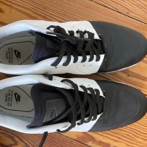 """Nike Air Max 90 Ultra 2.0 SE 876005-002 Sort og hvid. Med vandtæt """"næse"""". Super all-round sko fra Nike. Vi har købt dem til vores søn inden han var færdig med at vokse, så de er brugt meget få gange (mask 4 - 5 gange) - og står nu ubrugt i faderens skab (men de er desværre for små), og har ingen synlige ridser eller skrammer i læder eller imprægnering.  Nypris 1.495 kr. - Købt i Tyskland"""