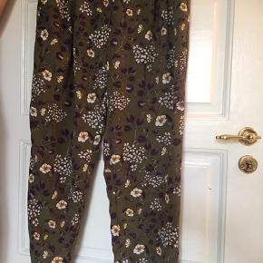 Chinos bukser med knap og lynlås Grøn med blomster print i lilla, hvid, gul Løse bukser  monki buks