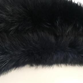 Brand: Legend Varetype: Pelskrave Størrelse: One Farve: Sort  Sælger mine flotte pelskanter da jeg ikke får dem brugt. Den ene er sort den anden en flot mørke blå. Super flot til en skindjakke. Handler via mobilpay, ved TS betaler køber gebyr:-)