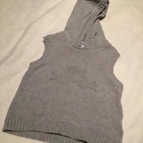 Vertbaudet - baby vest trøje med hætteStr. 74 Næsten som ny Farve: grå Lavet af: 100% cotton Køber betaler Porto!  >ER ÅBEN FOR BUD<  •Se også mine andre annoncer•  BYTTER IKKE!