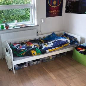Vi sælger denne fine seng med en madras som er et år gammel. Sælges billigt da en enkel af træ panelerne i bunden er knækket og skal udskiftes. Der er et par ridser, som kan males væk😊 Måler ca. 190 cm i længden og 84 cm i bredden. Bytter ikke