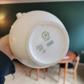 Smuk og elegant hvid riflet kaffekande i porcelæn fra Royal Copenhagen. Aldrig brugt, men købt i antikforretning. 🌺
