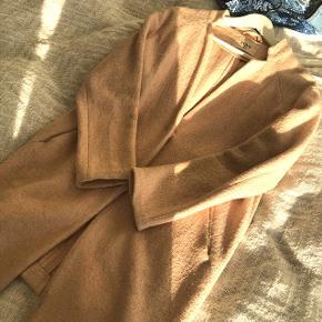 Oversized frakke fra Envii i en lys rosa farve. Uldblanding. Købt sidste år, brugt få gange. Str small  Nypris ca 700 kr  Køber betaler evt fragt via DAO, bud er velkomne . Bytter ikke 😊 mp er 200kr