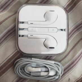 To originale apple headset,  125 pp for det i æsken  100 pp for det andet   Køber betaler omkostninger og forsendelse