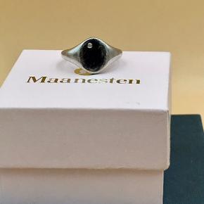 Super sød Maanesten signet ring med klar ædelsten. Ringen er velholdt, men alm. brugsspor, men de ville dog kunne blive poleret væk, hvis man har mulighed for det. Ringstørrelse : 49