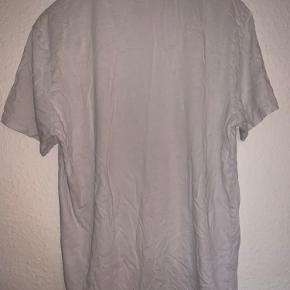 Boss t shirt, str L, små huller og pletter forneden.  BYD gerne