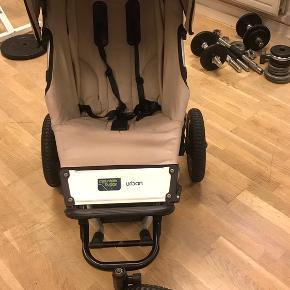 Fin klapvogn/løbevogn i god stand med 3 hjul. Har plads til ting under vognen. Kaleche kan justeres. Håndtaget kan justeres.