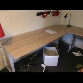 Jeg sælger dette Office Line skrivebord fra DAELLS bolighus   Der er stadig garanti på.  Det er købt i marts måned  NP: 1500 kr. Da det er købt i år og ikke har en skramme.  BYD