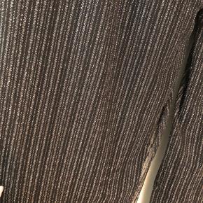 Flotte bukser fra Gestuz med sølv glimmer. De har elastik i taljen, falder så flot over numsen og har lige ben.