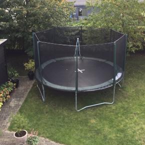 Stor trampolin med sikkerhedsnet og stige. Ø: 4.20 / hoppeflade Ø : 3.60. Ingen huller eller rust. Var pakket ned i vinter og opbevaret i skur. Nem at samle. ER PAKKET NED NU OG KLAR TIL AFHENTNING Mp 800 kr Randers NV