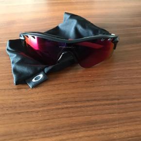 Har en del forskellige solbriller af forskellige mærkevarer til salg. De er alle ægte, og enten aldrig brugte eller meget lidt. Nogle har endda prismærke på. Yderligere er der nogle som har etuier og nogle som ikke har.  Skriv for mere information. Jeg kommer fra en optiker familie, derfor jeg har så mange.