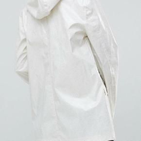 Fineste regnjakke - festival jakke fra Brave Soul Den er hvid med glimmer Den er købt sidste år, og er aldrig blevet brugt.  Byd gerne Køber betaler porto og ts gebyr