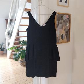 Peplum-kjole fra Monki. Brugt flittigt, men er blevet godt passet på. Man får de. Flotteste timeglasfigur i den, og stoffet tilpasser sig ens former, da der er godt med stretch i. Perfekt little black dress! 🖤