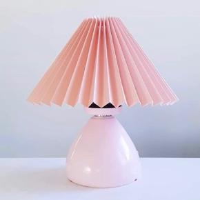 Fin tysk keramiklampe i sart lyserød. Flot hvor som helst - f.eks. på et pigeværelse? 🌸 230,- (eksl. skærm) #lampe #lyserødlampe #lyserød #lampefod #bordlampe #lyserødbordlampe #lyserødlampefod #vintagelampe #pigeværelse #loppefund #loppeguld #loppemarked #genbrugsfund #genbrugsguld #sælges #tilsalg #sælgesaarhus #boligindretning #boligliv #boligmagasinet #loppedeluxe #indretning #lopper #loppersælges #loppertilsalg #genbrugsguld #genbrugsguldtilsalg #genbrugsguldsælges
