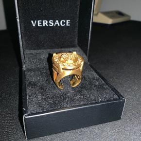 Varen er købt på Versace's hjemmeside for 1717kr + fragt.  Bag på kortet er authentication nummer, som smykket kan legit chekkes på nettet super nemt.  Flere billeder Kan tilsendes hvis nødvendig