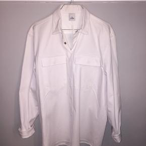 Won Hundred skjortejakke i tykt denim materiale. Aldrig brugt, med prisskilt. Nypris 1.200,-.