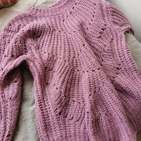 Smadder smuk sweater i den flotteste lys syren farve🌸 Den er desværre for lang til min smag og sælges derfor videre. Kommer fra røgfrit hjem.