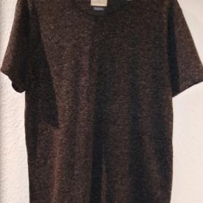 T-shirt fra Selected Homme i mørk grå.Den er ny og i størrelse Medium. Den er ru i strukturen.